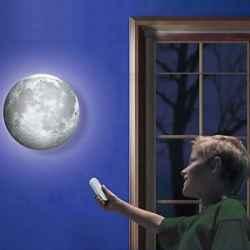 Mėnulio lempa su besikeičiančiomis fazėmis ir distanciniu pulteliu.